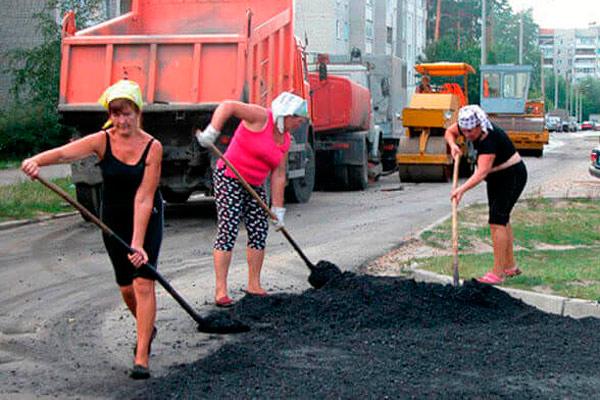 женщины выполняют тяжелую работу