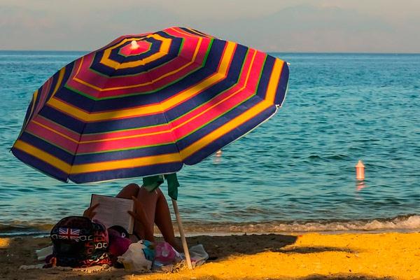 рекомендуется ограничить пребывание под солнцем
